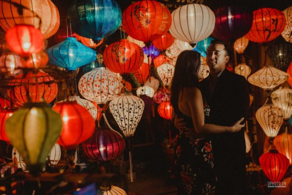 Engagement photo in Hoi An with latern